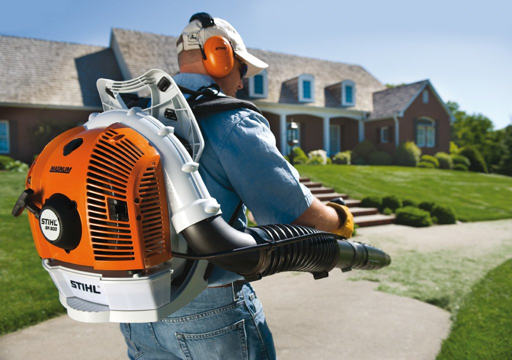 stihl-br-600-backpack-blower-curbside